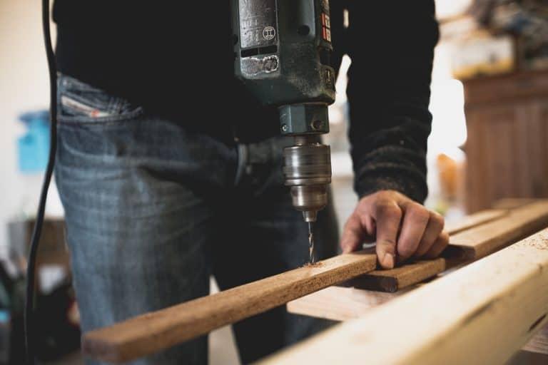 Mann arbeitete mit Holz